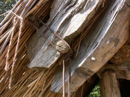 Všestary - detail spoje střešních trámů a vnitřní strany doškové střechy
